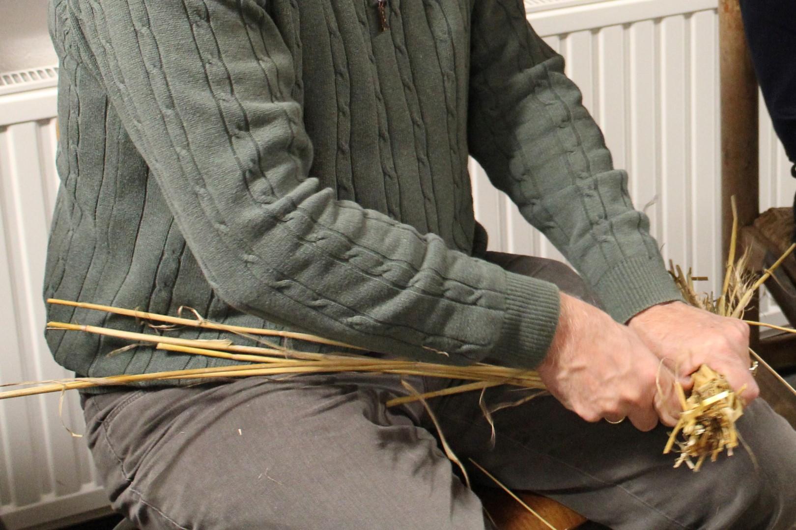 Cursussen oude ambachten bij Onstwedder Gaarv'n: strodokken binden.