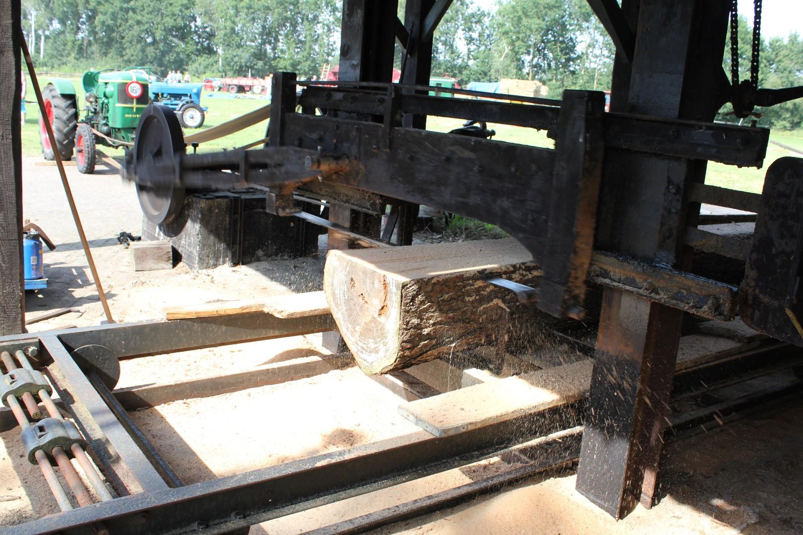 Elk jaar tijdens Oogstfeest Onstwedde is er een authentieke houtzagerij in werking.