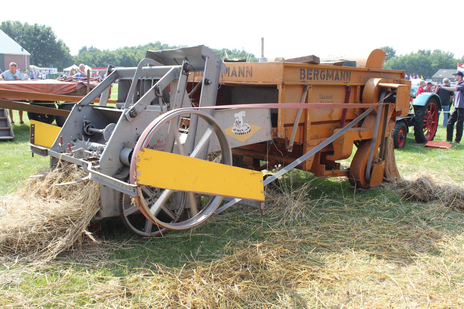 Ambachtelijke graanverwerking: machinaal dorsen van koren met een dwarsdorser bij Onstwedder Gaarv'n.