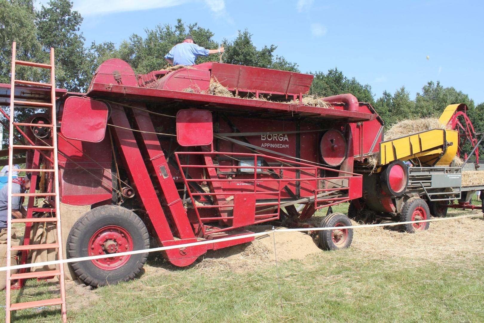 Ambachtelijke graanverwerking met een dorsmachine bij Onstwedder Gaarv'n.