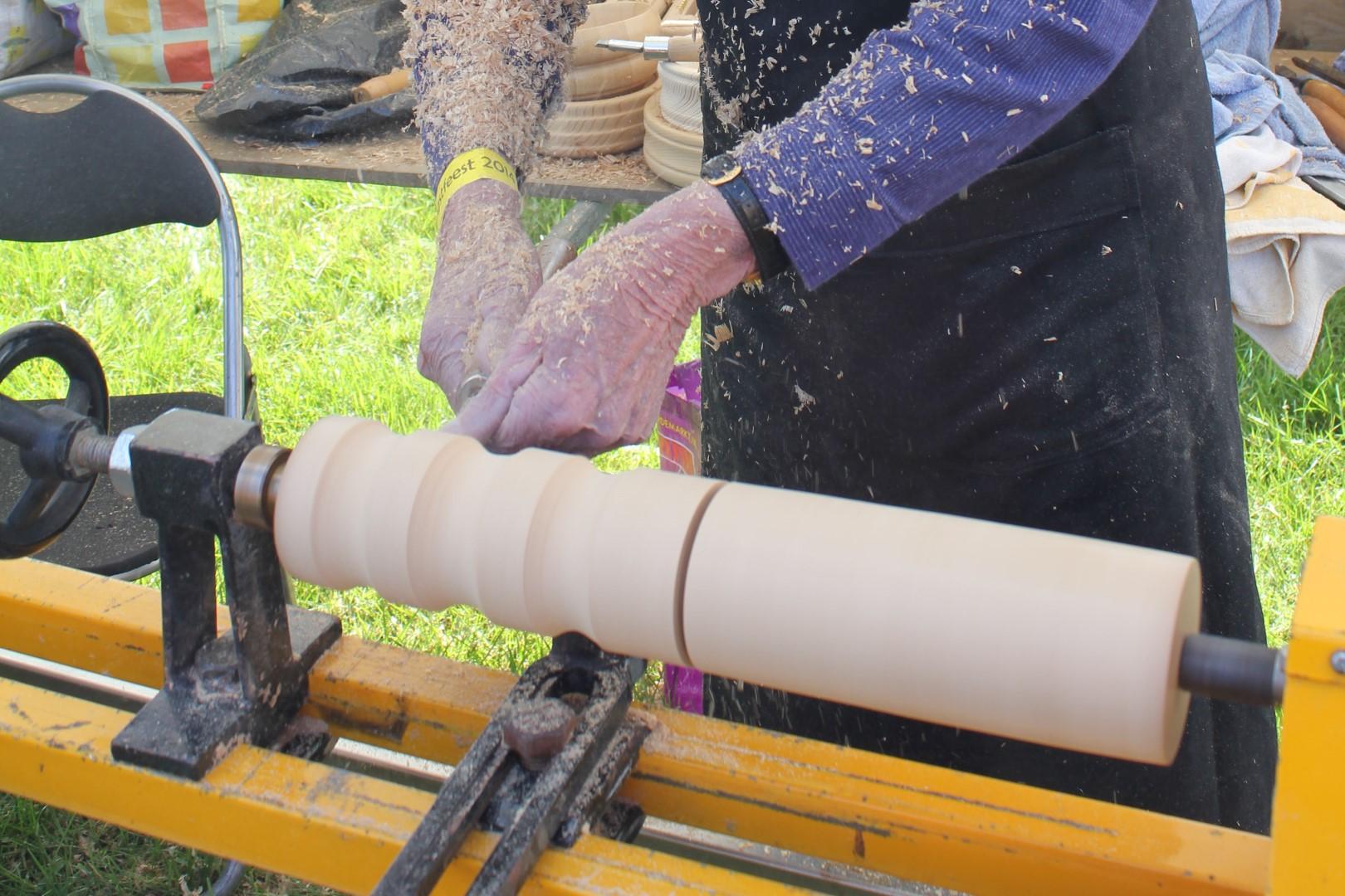 Gebruiksvoorwerpen maken uit grootmoeders tijd: hout draaien bij Onstwedder Gaarv'n.