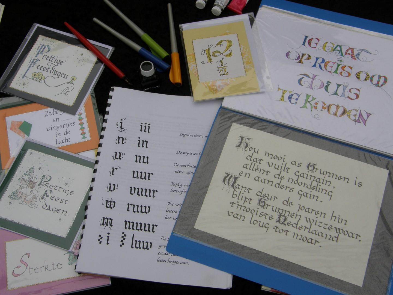 Diverse ambachten uit grootmoeders tijd: kalligrafie bij Onstwedder Gaarv'n.