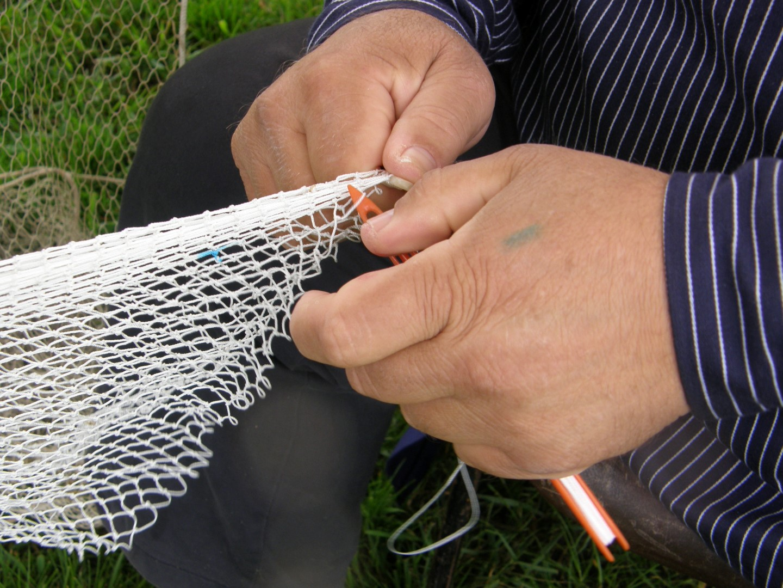 Gebruiksvoorwerpen maken uit grootmoeders tijd: netten knopen bij Onstwedder Gaarv'n.