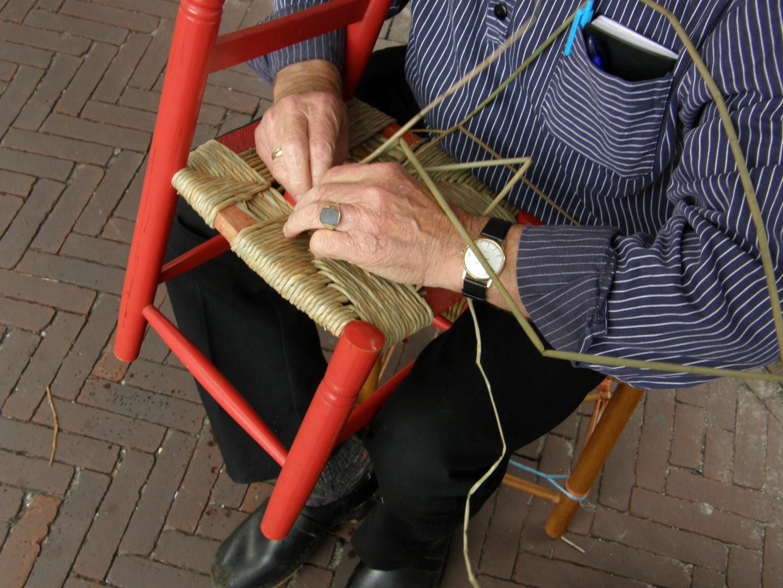 Gebruiksvoorwerpen maken uit grootmoeders tijd: stoelen matten bij Onstwedder Gaarv'n.