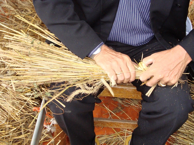 Ambachtelijke graanverwerking: strodokken binden bij Onstwedder Gaarv'n.