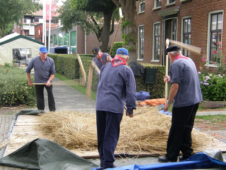 Ambachtelijke graanverwerking: vlegeldorsen bij Onstwedder Gaarv'n.